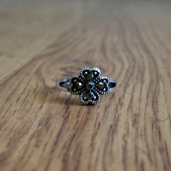 Jewelry - Size 5 Silver Tone Clover Ring